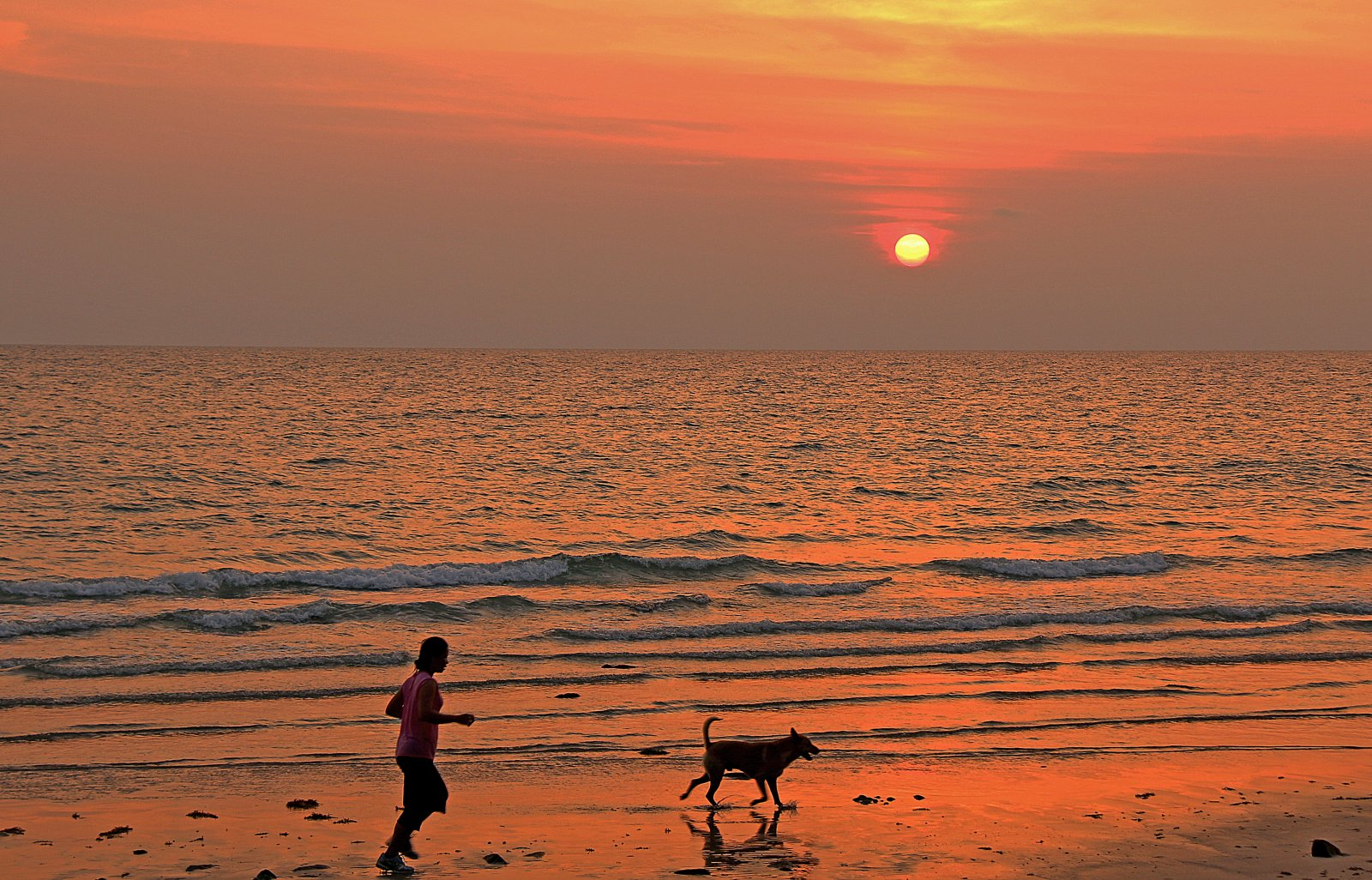 Solnedgång vid White sand beach Koh Chang