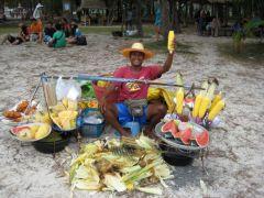 Glad strandförsäljare på Koh Poda