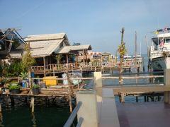 Hamnen i Saladan, väntar på färja till Koh Hai